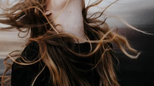 Femmme cheveux au vent