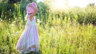 petite-fille dans un champs